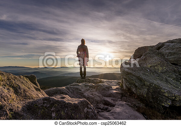 2, góra, kobieta, zachód słońca - csp25063462