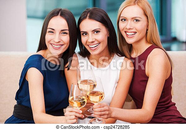 czas, suknia, dzierżawa okulary, leżanka, razem., wieczorny, kobiety, młody, wino, posiedzenie, wielki, trzy, cieszący się, piękny - csp24728285