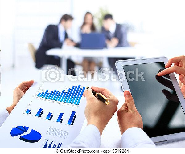 finansowy, biuro, handlowy, work-group, analizując, dane - csp15519284