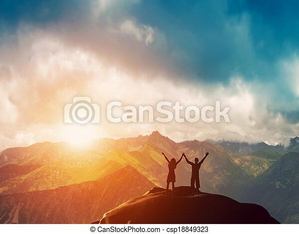 góra, para, razem, szczęśliwy - csp18849323