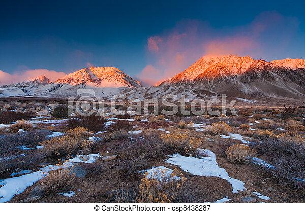 góra, wschód słońca - csp8438287