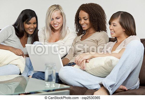 laptop, młody, cztery, komputer, zabawa, używając, przyjaciele, posiadanie, kobiety - csp2530365