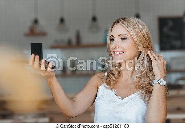 patrząc, lustro, kobieta, kosmetyczny - csp51261180