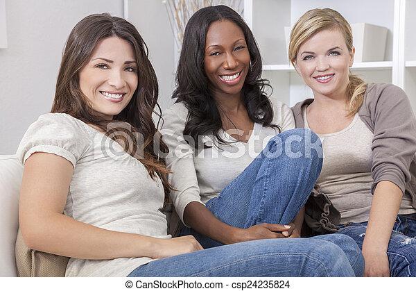piękny, grupa, trzy, międzyrasowy, uśmiechanie się, przyjaciele, kobiety - csp24235824