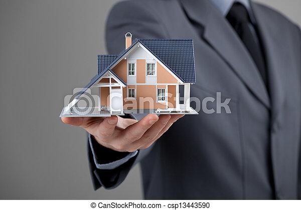 prawdziwy, dom, pośrednik kupna i sprzedaży nieruchomości - csp13443590
