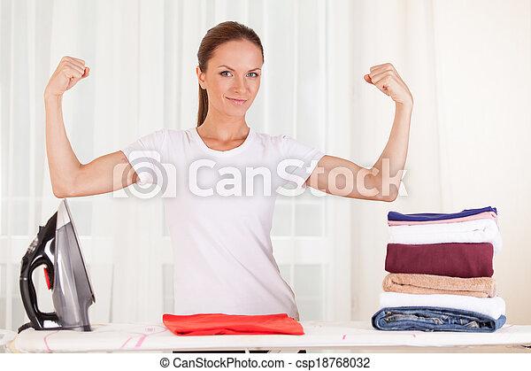 reputacja, mięśnie, talia, pokaz, do góry, clothes., gospodyni, portret, prasowanie, uśmiechanie się - csp18768032