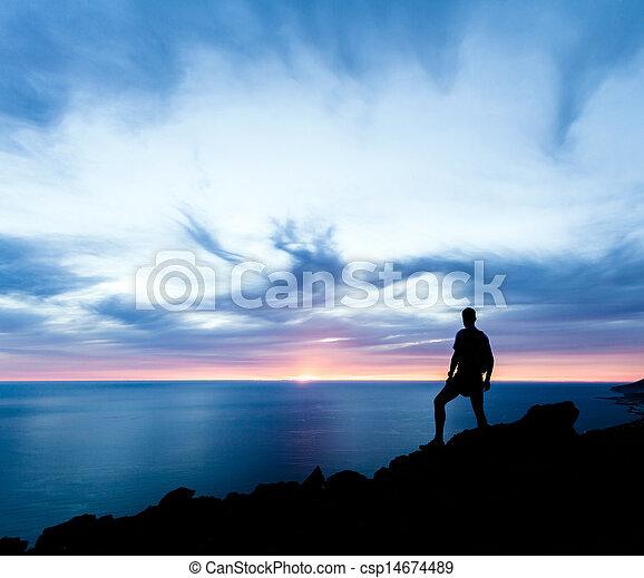 sylwetka, hiking, ocean, zachód słońca, góry, człowiek - csp14674489