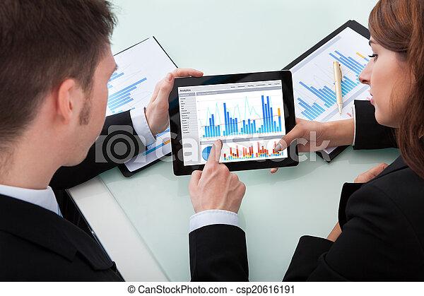 tabliczka, handlowy zaludniają, na, wykresy, cyfrowy, dyskutując - csp20616191