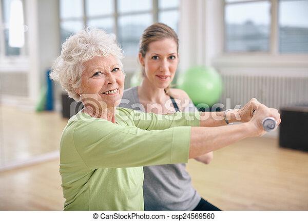 trener, osobisty trening, sala gimnastyczna, stosowność - csp24569560